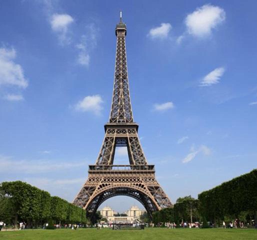 Пред Ајфеловата кула    Дамата на Париз   2
